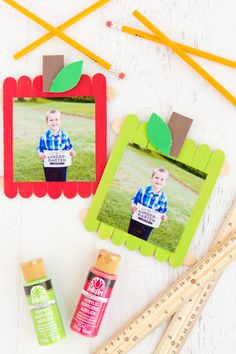 Back to School Apple Popsicle Stick Frame- a fun back to school themed craft usi. - Back to School Apple Popsicle Stick Frame- a fun back to school themed craft using popsicle sticks - Kindergarten Crafts, Daycare Crafts, Classroom Crafts, Preschool Art, Preschool Activities, Apple Preschool Crafts, Apple Crafts, Preschool First Day, First Day Of School Activities