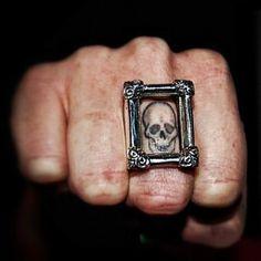 tattoo de caveira mais acessório para tattoo no dedo. :D