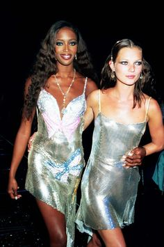 Kate Moss Look Book June 1999 Where: With Naomi Campbell at the Syon House Fashion Show. What: Dress by Versace.June 1999 Where: With Naomi Campbell at the Syon House Fashion Show. What: Dress by Versace. Versace Vintage, Glamour Vintage, Glamour Uk, Vintage Style, Donatella Versace, Gianni Versace, Versace Versace, Haute Couture Style, Juicy Couture