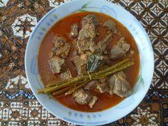 """Indonesia. Rendang sapi. Carne de ternera en salsa """"rendang"""" (con ramas y hojas de """"lemon grass""""). Siempre acompañado de arroz blanco"""