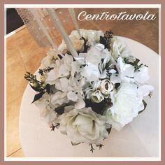 Centrotavola realizzato con cestino di vimini e fiori artificiali.