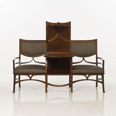 Gustave Serrurier-Bovy (1858-1910) Confident à étagères séparant les deux fauteuils, 1899 Acajou