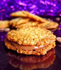 Une recette de délicieux biscuits aux flocons d'avoine et garni d'une ganache au chocolat au lait.