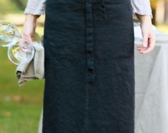 This is a shorter and lighter version of our linen Square-Cross apron. Easy to put on apron that slips over your head with no sashes to tie. Made of medium weight linen with a large front pocket. Accommodates most sizes and allows for easy movement. For the kitchen, garden, craft room or a stylish gift.  -pre-washed, preshrunk 100% linen -H 64cm x W 72cm - Regular (from XS to L) -H 64cm x W 86cm - XL -one large pocket divided in two -machine gentle wash, cool or line dry, ironing is optional…