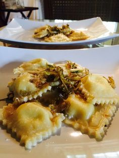 Ravioli ripieni di caprino e limone con carciofi croccanti Wine Recipes, Pasta Recipes, Cooking Recipes, Italian Dishes, Italian Recipes, Tortellini, Slow Food, Ravioli, How To Cook Pasta