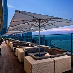 Hong Kong - Have a drink on a rooftop bar and watch the sun set over the city skyline. Sugar at East hotel is a great rooftop bar. Rooftop Lounge, Rooftop Restaurant, Bar Lounge, Rooftop Terrace, Restaurant Design, Pool Bar, Terrazas Chill Out, Luxury Bar, Hongkong