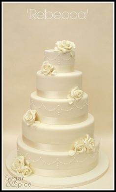 Round Wedding Cakes- the little design on cake