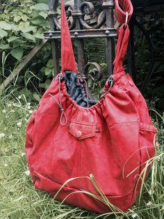 Tasche Luna von Doris im Mai 2014. Refashion aus einer alten Lederjacke. Das Einbeziehen vorhandener Details macht schon den Zuschnitt spannend.