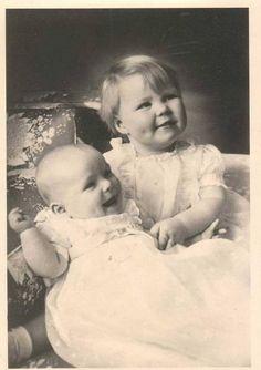 Een klein Prinsesje Beatrix met in haar armen Prinses Irene