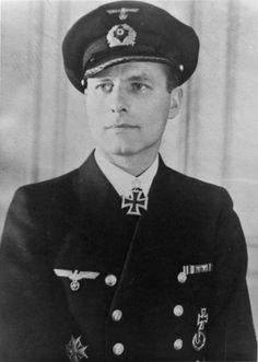 Karl-Friedrich Merten war einer der erfolgreichsten deutschen U-Boot-Kommandanten im Zweiten Weltkrieg. Geboren am 15. August 1905 in Posen. Gestorben am 2. Mai 1993 in Waldshut-Tiengen.