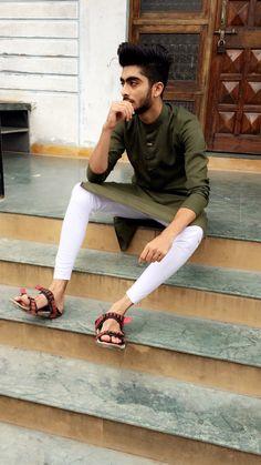 2018 men's kurta Stylish colour reach floro dark green kurta Kurta Pajama Punjabi, Kurta Pajama Men, Kurta Men, Simple Kurta Designs, Mens Kurta Designs, Sneakers Outfit Men, Blazer Outfits Men, Indian Fashion Modern, Formal Fashion