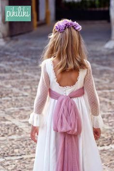 Otro año más preparando al temporada de Comunión, nuevos trajes, nuevos tocados, nuevos fajines, nuevas ideas.... Como siempre en PIKIL... Fashion Kids, Baby Girl Fashion, Cute Dresses, Beautiful Dresses, Girls Dresses, Flower Girl Dresses, First Communion Dresses, Baptism Dress, 1920s Dress