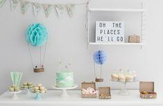 Seikkailijasynttäreiden herkkupöydän kruunaa lightbox, johon on kirjoitettu teemaan sopiva, ihana teksti. #lightbox #lightboxdecorations # partydecorations