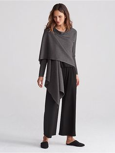 Minimal Fashion Style Tips. Minimal fashion Outfits for Women and Simple Fashion Style Inspiration. Minimalist style is probably basics when comes to style. Minimalist Fashion Women, Minimal Fashion, Fashion Over 50, Fashion Tips, Fashion Trends, New Shape, Wrap Cardigan, Elegant Outfit, Eileen Fisher