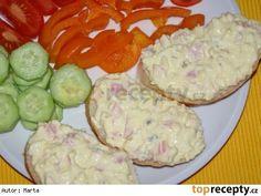 Dobrá pomazánka na chlebíčky 2 vejce 100 g šunkového salámu 1 menší cibule 2 tavené sýry nebo 4-5 trojúhelníčků taveného sýra 1-2 lžíce Majolky® 1 lžička hořčice Postup přípravy receptu Na malé kostky krájíme šun.salám, cibuli a vejce uvařená na tvrdo. Dáme sýr, Majolku® a hořčici a zamícháme. No Salt Recipes, Snack Recipes, Cooking Recipes, Czech Recipes, Hungarian Recipes, Food 52, Party Snacks, Holiday Recipes, Food To Make