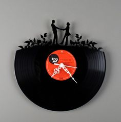While looking for ways of how to decorate my room with some spare '45 old vinyls I have, I found this pretty clock.