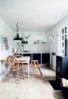Casa: pequeña cabaña de madera en el bosque