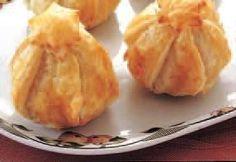INGREDIENTI 4 mele 1 rotolo pasta sfoglia o brisé rettangolare 10 g zucchero semolato 50 g burro poca uvetta sultanina 4 noci can...