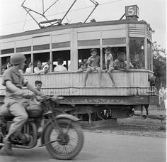 Persis motornya komandan rek.... Old Pictures, Old Photos, Indonesian Independence, Harley Davidson History, Independence War, Dutch East Indies, History Photos, Jakarta, Surabaya