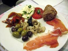 Guide to Antipasto: Italian Appetizers that Come Before the Meal Italian Appetizers, Appetizer Recipes, Antipasto Plate, Charcuterie And Cheese Board, International Recipes, Clean Eating Snacks, Italian Recipes, Good Food, Fun Food