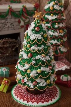 Wonderful and delicious Homemade Christmas Tree Food Inspirations TipsVeronika Kralova's media content and analytics Don't you love the way they have used a cute Christmas decoration. Gingerbread House Designs, Gingerbread House Parties, Gingerbread Village, Gingerbread Decorations, Christmas Gingerbread House, Christmas Fireplace, Christmas Goodies, Christmas Desserts, Christmas Treats
