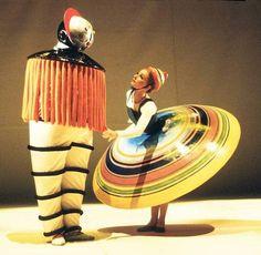 Das Triadische Ballett von Oskar Schlemmer: Gelbe Reihe, Taucher und Großer Rock (Ivan Liška, Colleen Scott, 1977).