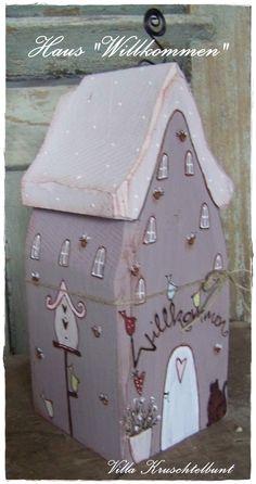 Nettes Häusle schöne Deko vor der Haustüre oder am Fenster  +Liebevoll bemalt mit Blumen ,Vögel,Katze ,Gießkanne,Vogelhäusle... über der Eingangstüre wäre Platz für eine personaliesierte...