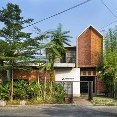 Architect by Photo by Project Yea Form Architecture, Residential Architecture, Brick Facade, Facade House, Interior Exterior, Exterior Design, Exotic Homes, Minimalist House Design, Building Facade