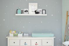 Een binnenkijker #2 in het babykamertje van Pien. Er werd een kleurenpalet gebruikt met mint, grijs en oker. Kijk jij ook mee in dit fijne babykamertje?