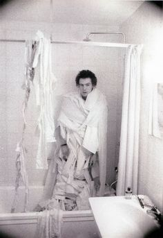 punk Sid Vicious wrapped in toilet paper in the bathroom shower Les Aliens, Sid And Nancy, Johnny Rotten, 70s Punk, Punks Not Dead, Zappa, Music Stuff, Music Music, Ikon