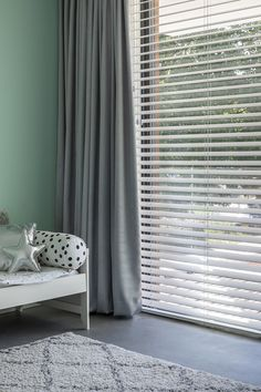 Jaloezieën zijn goed te combineren met gordijnen. Het gekozen kleurenpalet geeft de kamer een frisse uitstraling. Blinds And Curtains Living Room, Wood Blinds, Curtain Designs, Apartment Interior, Home And Living, Bedroom Furniture, Sweet Home, New Homes, Interior Design