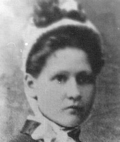 Sarie Mare-1868. Susara Margaretha (Sarie) Maré. Oudste dogter van J.P. Maré en C.S.J. Erasmus was Susara Margaretha. Sy is op die plaas Eendraght, Suikerbosrand, distrik Heidelberg, gebore op 15 April 1869. Haar pa was Jacob Maré, wat later 'n lid van die uitvoerende raad van die Transvaal geword en na wie 'n straat in Pretoria genoem is. Hierdie is dié Sarie Marais wat in die wyk van die Mooirivier gewoon het, ook bekend as Tant Mossie, volgens die SA biblioteek se katalogus-inskrywing . African History, Women In History, World History, Family History, History Projects, Teaching History, My Heritage, British Army, Cute Images