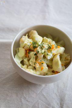 カリフラワーで簡単サラダ。 カレー風味のマヨネーズがカリフラワーによく合いますよ♪お弁当にも◎