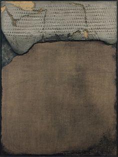 """Antoni TAPIES (1923 - 2012) FRAGMENT GRIS SUR TOILE N°LXXXIV - 1958 Technique mixte sur toile marouflée sur panneau Signée et datée au dos """"Tàpies, 1958"""" 130 x 97 cm (51,18 x 38,19 in.)"""