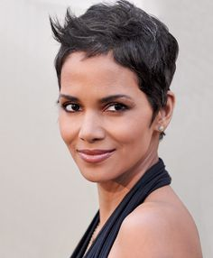 Halle Berry looking beautiful as always Halle Berry Pixie, Halle Berry Short Hair, Fancy Hairstyles, Pixie Hairstyles, Hairstyle Short, Pixie Haircuts, Hairdos, Estilo Halle Berry, Medium Hair Styles