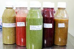 Quer variar o suco verde? Temos cinco receitas deliciosas de sucos detox para rodiziar durante a semana. E dá para congelar! Corre no blog para ver!