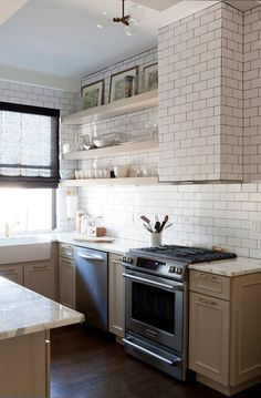 Lauren Rubin Architecture's Design Ideas, Pictures, Remodel, and Decor Kitchen Hoods, Kitchen Tiles, Kitchen Dining, Kitchen Decor, Kitchen Cabinets, Upper West Side Apartment, Kitchen New York, Transitional Kitchen, Beautiful Kitchens