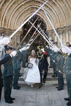 #Bodas #ideales en el #Parador de #Cuenca #espadas #salida de la #iglesia #novios #love
