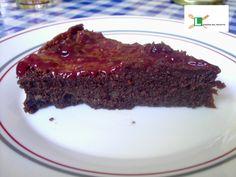 BIZCOCHO DE CHOCOLATE CON MERMELADA DE FRAMBUESA Puedes ver la receta en: http://lacocinadelnovatoo.blogspot.com.es/2013/08/bizcocho-de-chocolate-con-mermelada-de.html