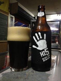 2 Cabeças Hi 5 Black IPA - Black IPA de 6,2º ABV, fabricada por Cervejaria 2 Cabeças (Brasil).