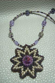 Csillag alakú lila színű medálos nyaklánc. Ára: 1600.-Ft.