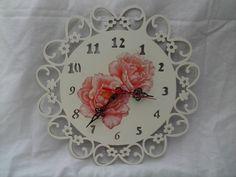 Relógio de parede em MDF, pintura e decoupagem.