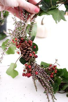 DIY Herbstkränze mit Heide, Efeu und roten Beeren - sophiagaleria Do It Yourself Inspiration, Wreaths, Autumn, Winter, Green, Blog, Home Decor, Plants, Simple