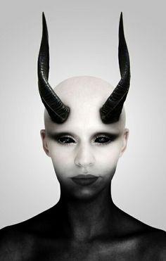 Esta mujer es una persona diabólica y me gusta su maquillaje mucho!