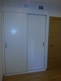 Armario empotrado de dos puertas instalado en reforma de vivienda en Zaragoza. Zarareformas.