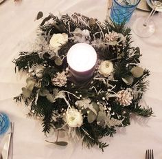 Table de Noël | Creativy Christmas And New Year, Decoration, Christmas Wreaths, Holiday Decor, Home Decor, Grey Plates, Christmas Tabletop, White Flowers, Noel