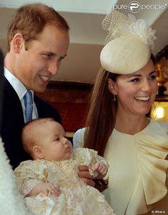 William et Catherine avec leur fils le Prince George le jour de son baptême à la chapelle royale le 23 octobre 2013