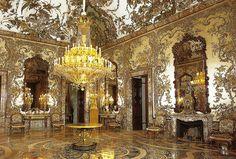 Salón de Gasparini. Fue realizado durante el reinado de Carlos III y está considerado uno de los más hermosos salones del palacio y ha llegado hasta nuestros días prácticamente sin ningún retoque.Por diferentes motivos se tardaron alrededor de cuarenta años en la conclusión del programa decorativo.