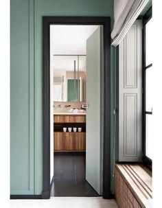Vert profond de la porte et marron glacé Du voler sur la droite pour la cambre…