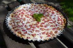 Rharbarberkuchen mal anders. Von dieser Tarte aus frisch geerntetem Rhabarber aus dem Gemüsegarten der Bäuerinund lockererTopfencreme möchte man sofort ein Stück abschneiden ...